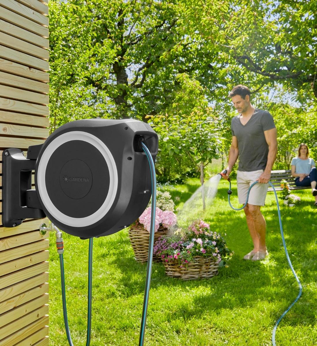 Väggslangbox RollUp XL i trädgården